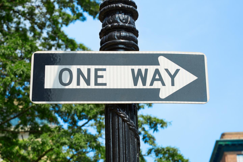 One Way-Schild: Die Verdauung stellt ein in sich geschlossendes System dar und ist vor allem eine Einbahnstraße