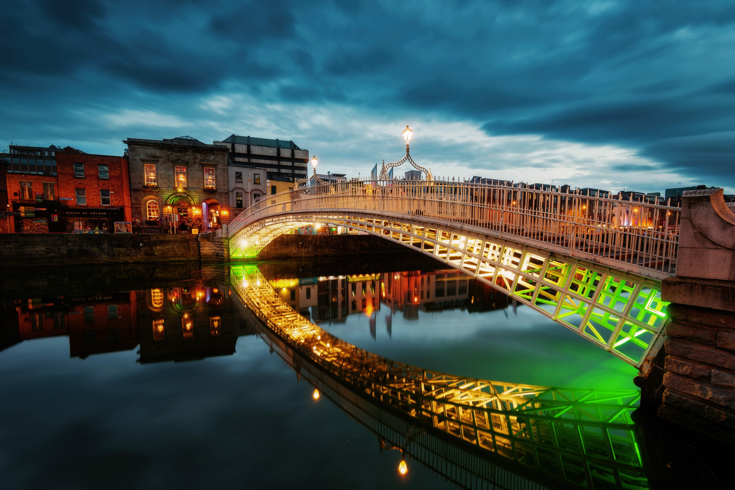 Irland: beleuchtete Ha'penny Bridge in Dublin