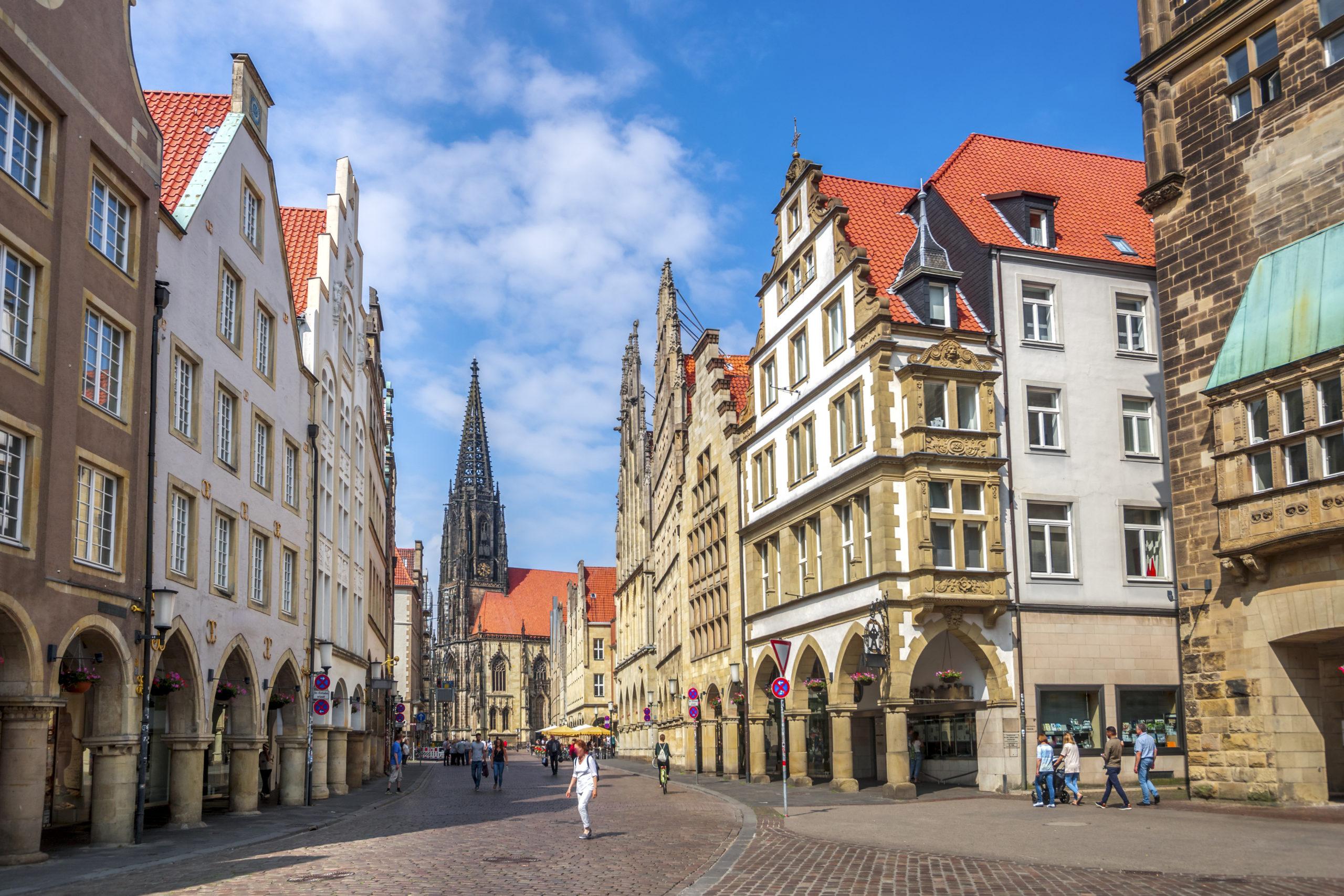 Sommerurlaub in Westdeutschland: Prinzipalmarkt, Lambertikirche, Münster