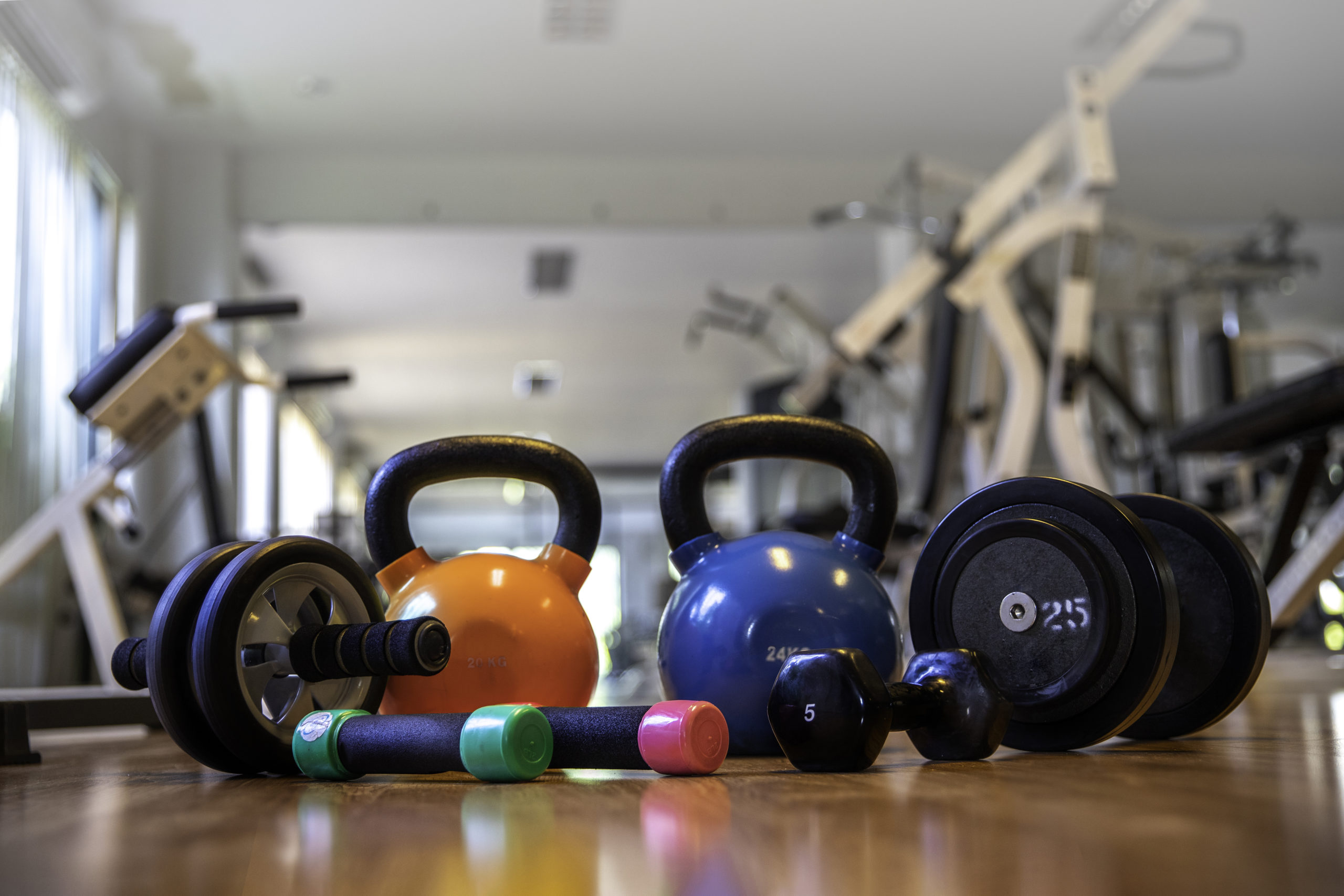 Coporate Fitness: Fitnessraum mit Trainingsgeräten und Gewichten