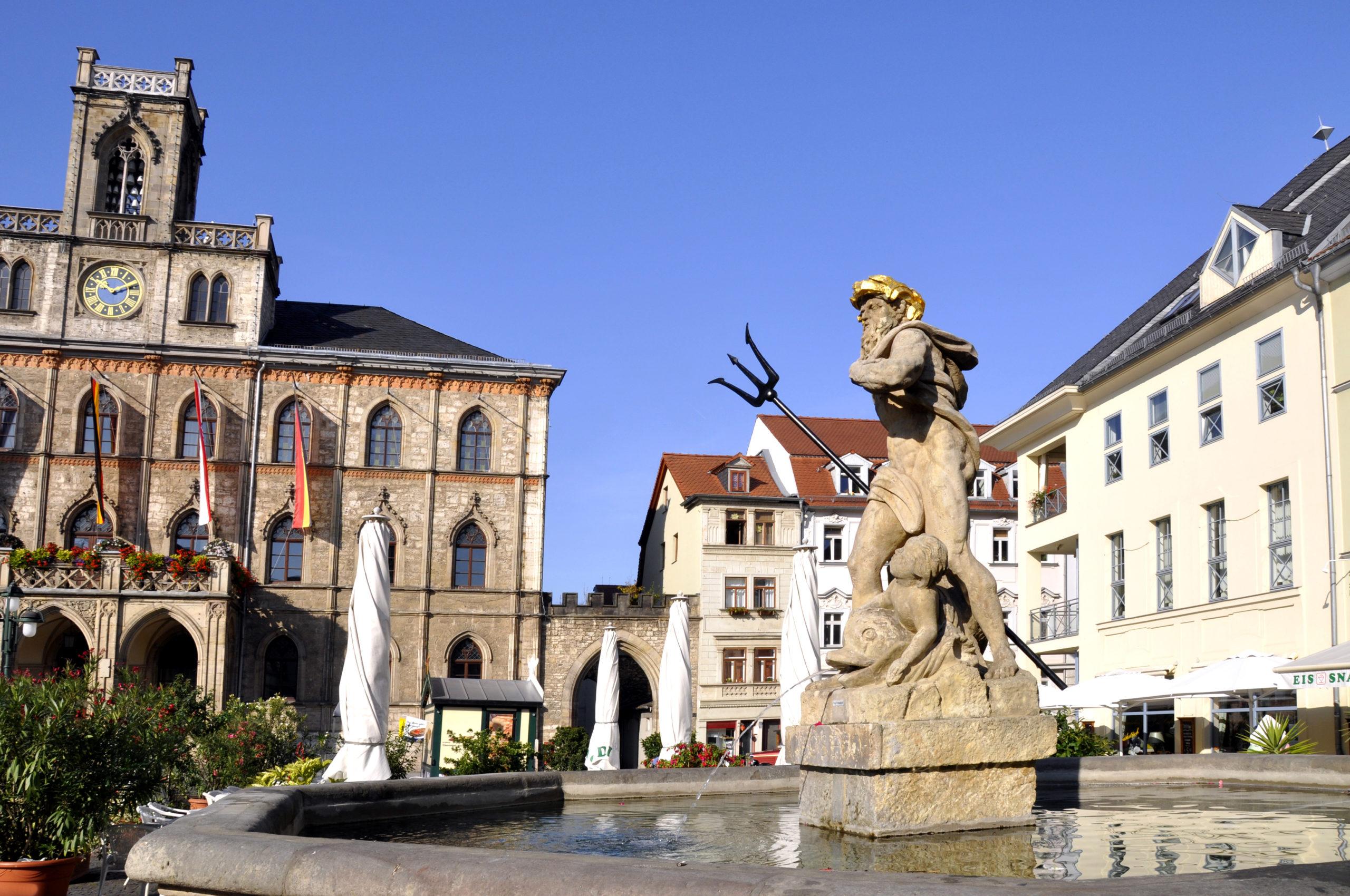 Sommerurlaub Ostdeutschland: Weimar Rathaus Markt mit Neptunbrunnen