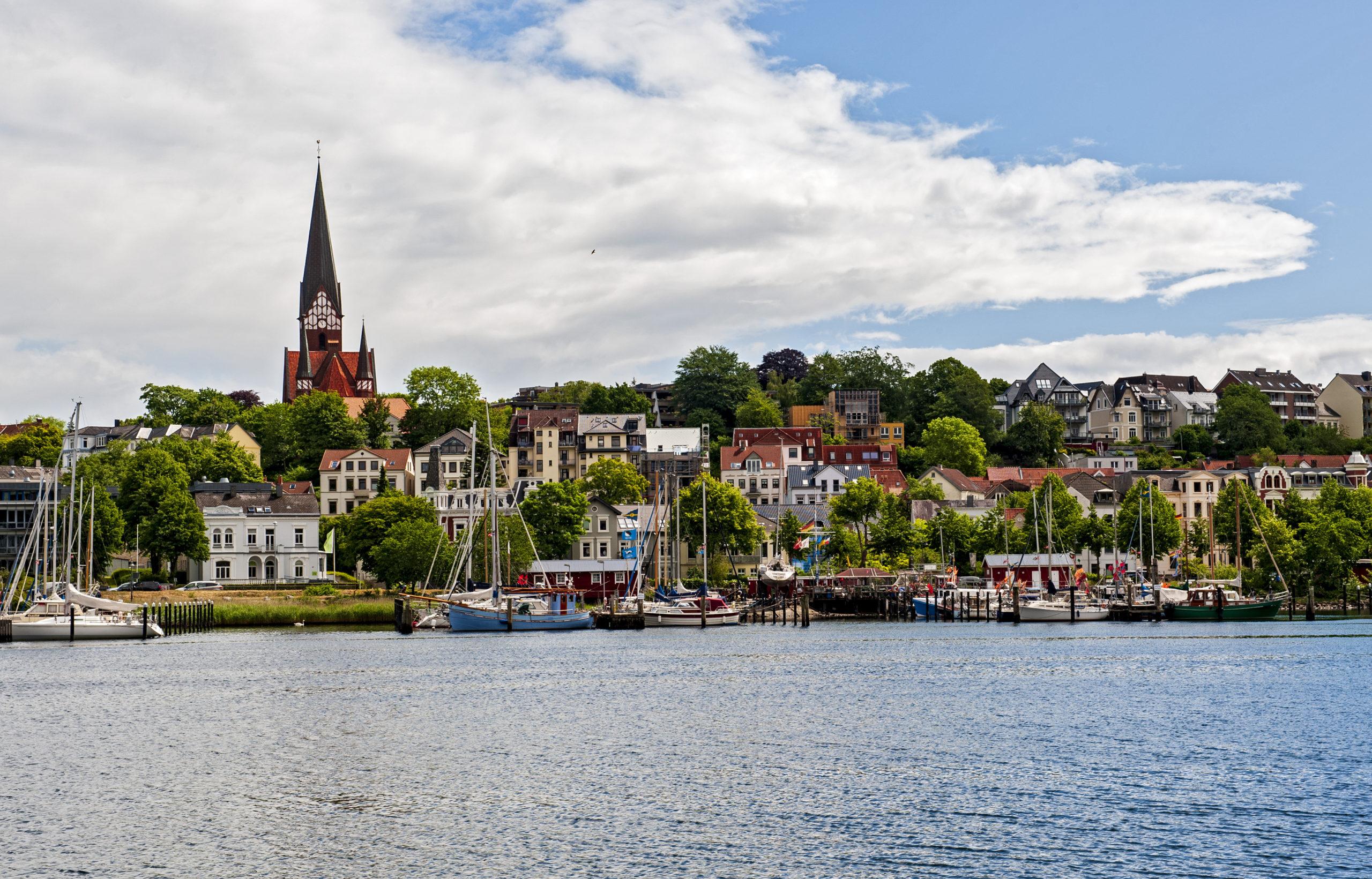 Sommerurlaub Norddeutschland: Flensburger Förde mit Blick auf St. Jürgen Kirche