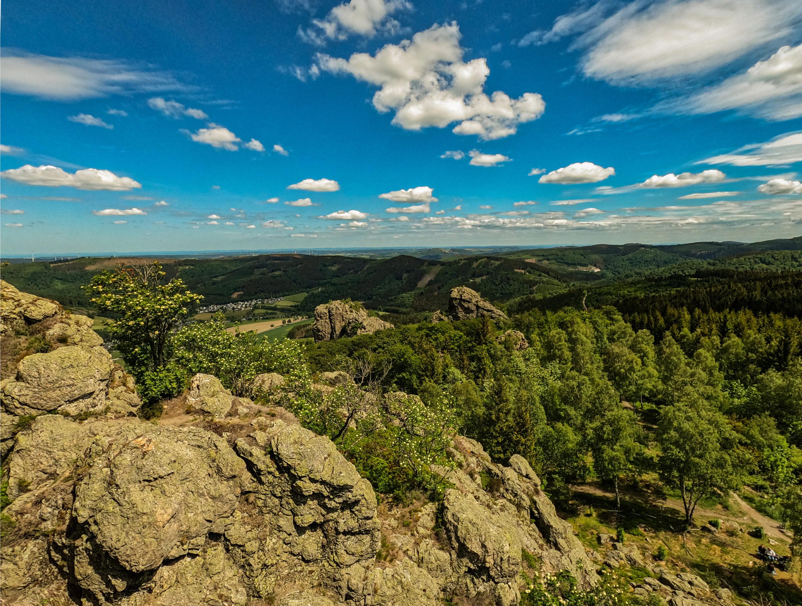 Sommerurlaub Westdeutschland: Bruchhauser Steine mit Panoramablick auf die Waldlandschaft vom Sauerland