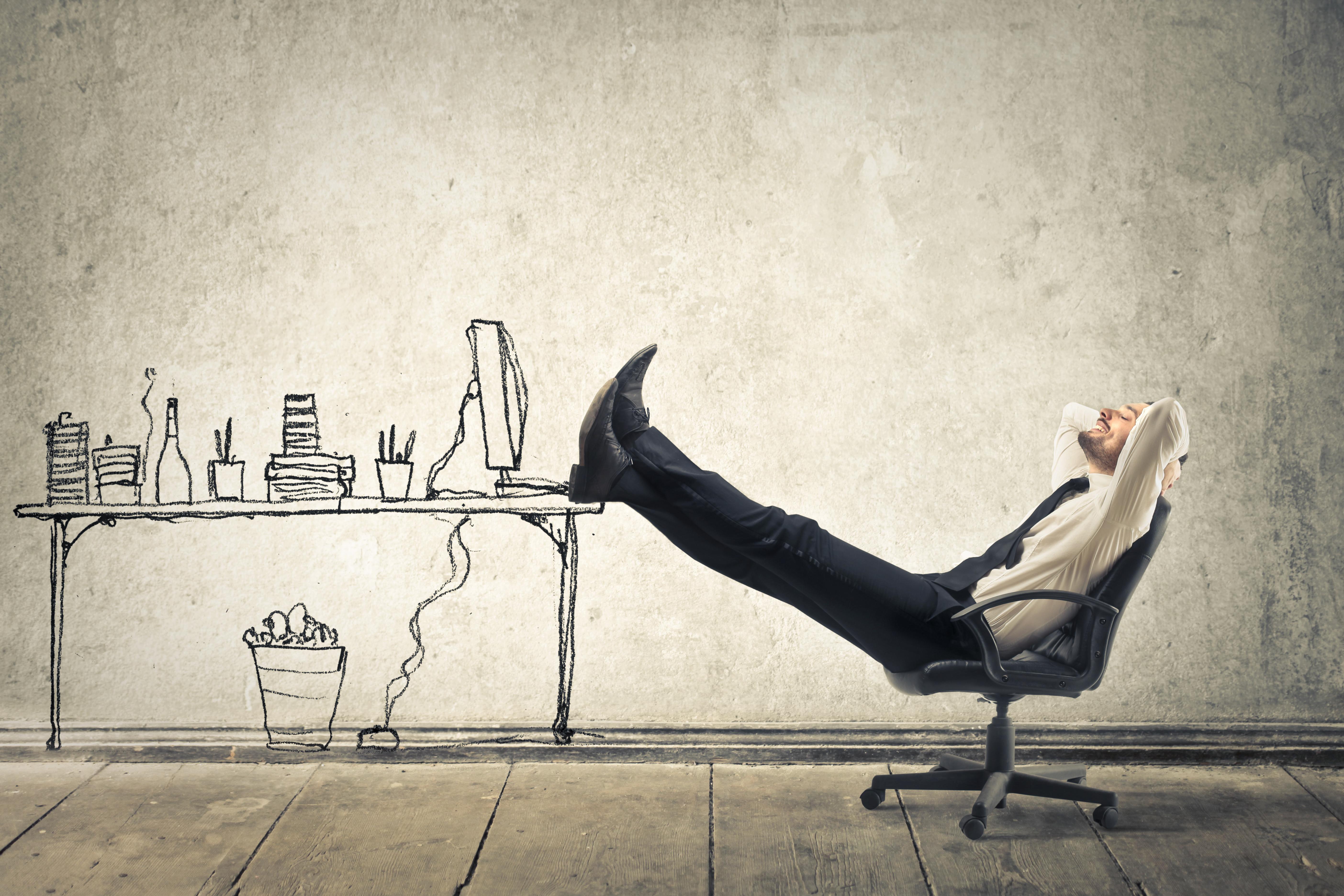 #JustForMe: Entspannung im Büroalltag - Mann relaxt im Schreibtischstuhl