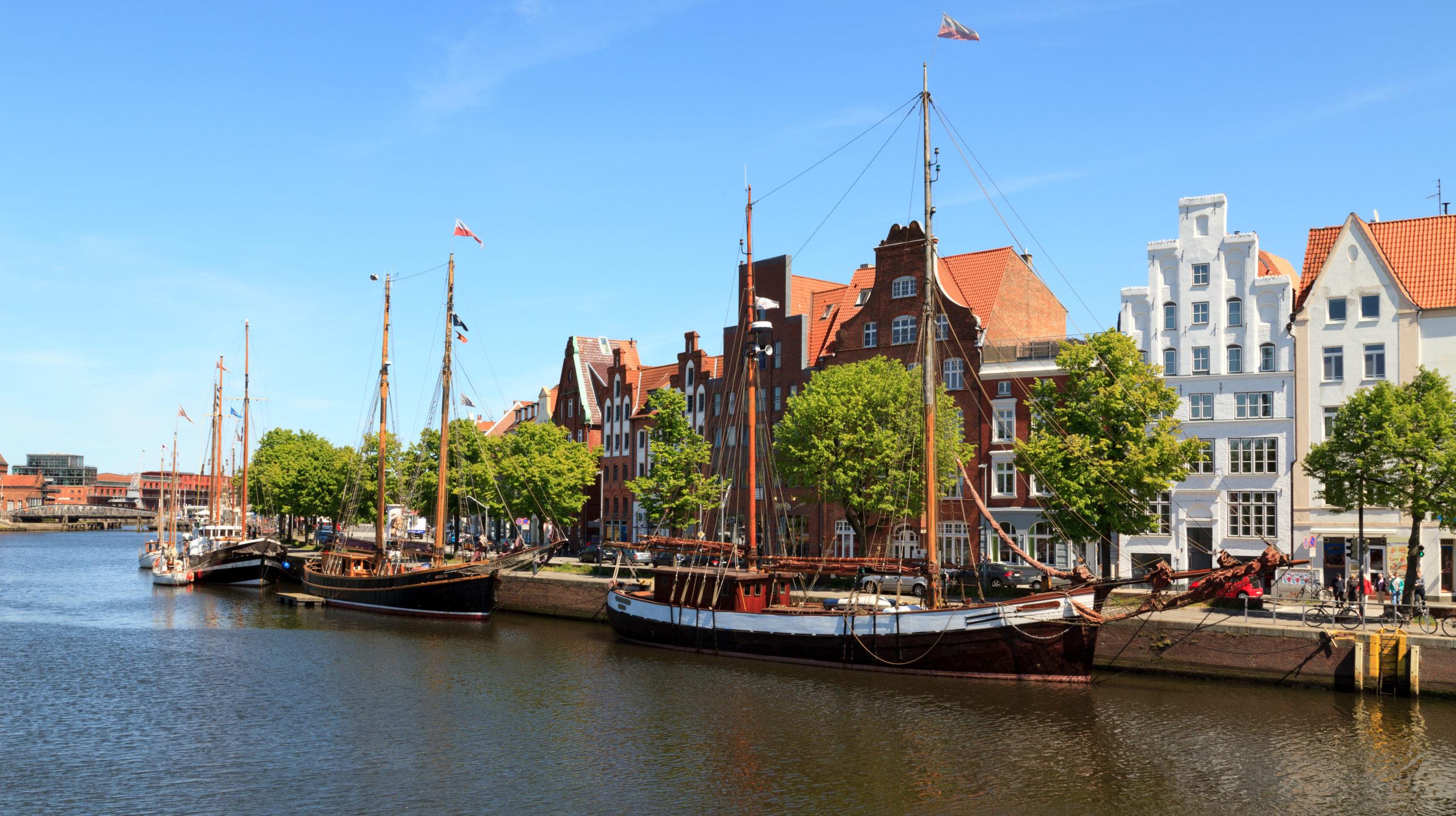 Sommerurlaub Norddeutschland: Blick auf den Museumshafen Lübeck
