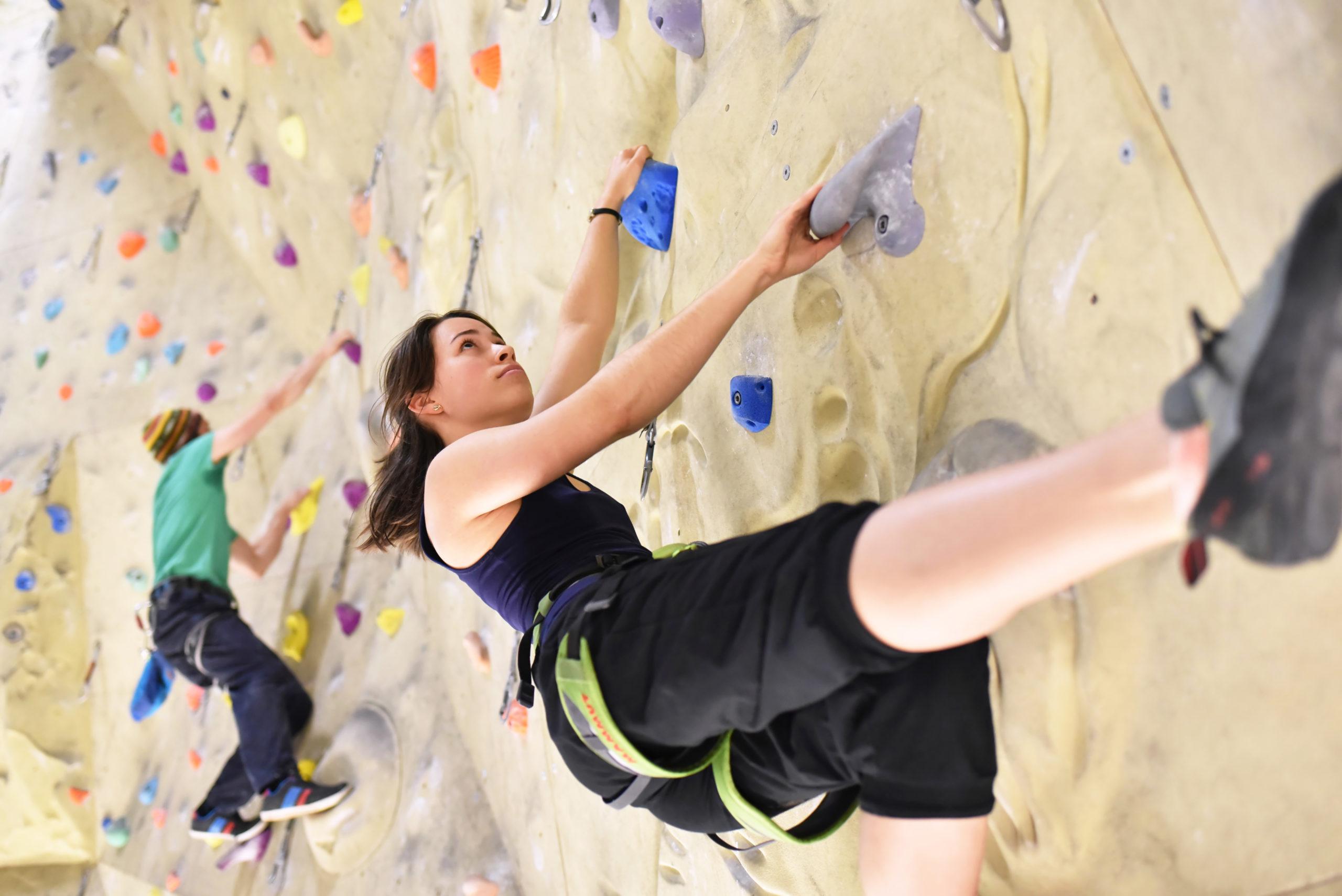 Bouldern: Ein Mann und eine Frau klettern in der Halle