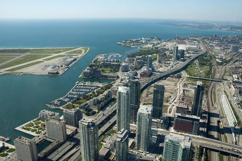 Toronto von oben: Blick vom CN Tower auf die Stadt und dem Flughafen auf der linken Seite