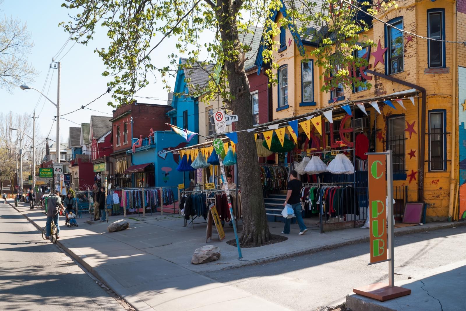 Toronto: Das Viertel Kensington Market mit Geschäften und Bars in bunten Häusern aus der viktorianischen Zeit