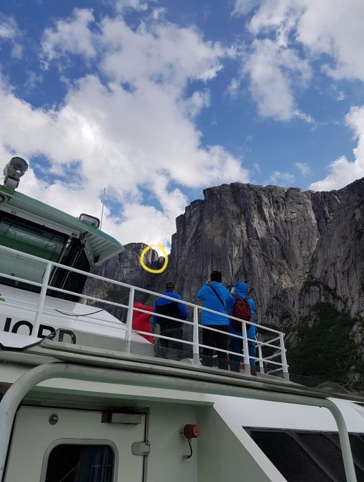 Blick von der Fähre auf den Felsbrocken des Kjeragbolten