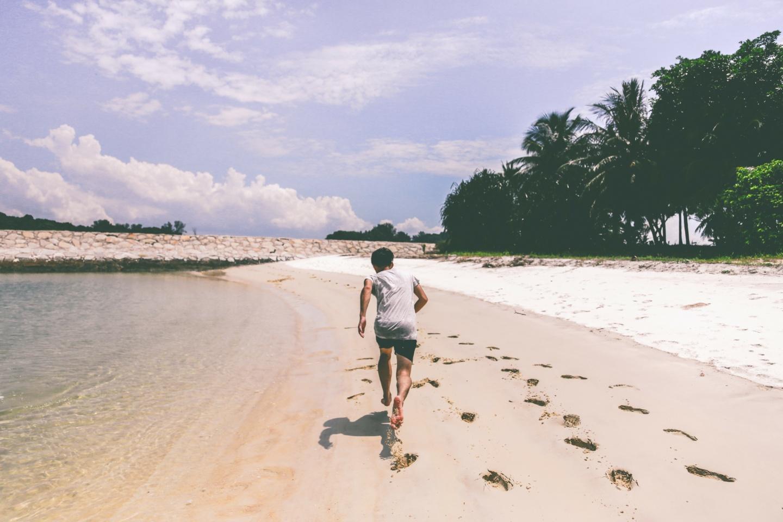 Marathon: Mann läuft im Urlaub am Strand