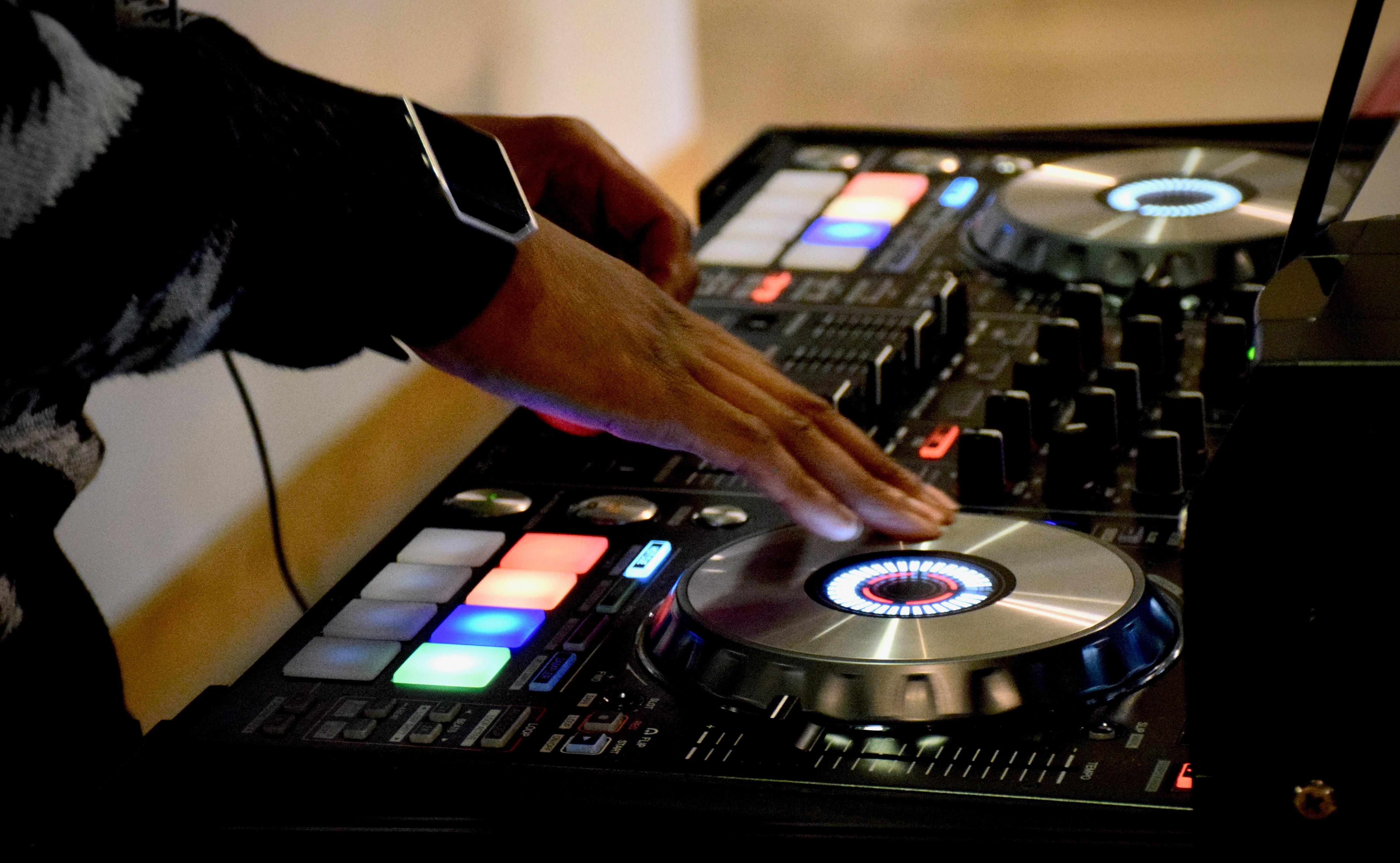 HIIT: DJ mixt und scracht am DJ-Pult