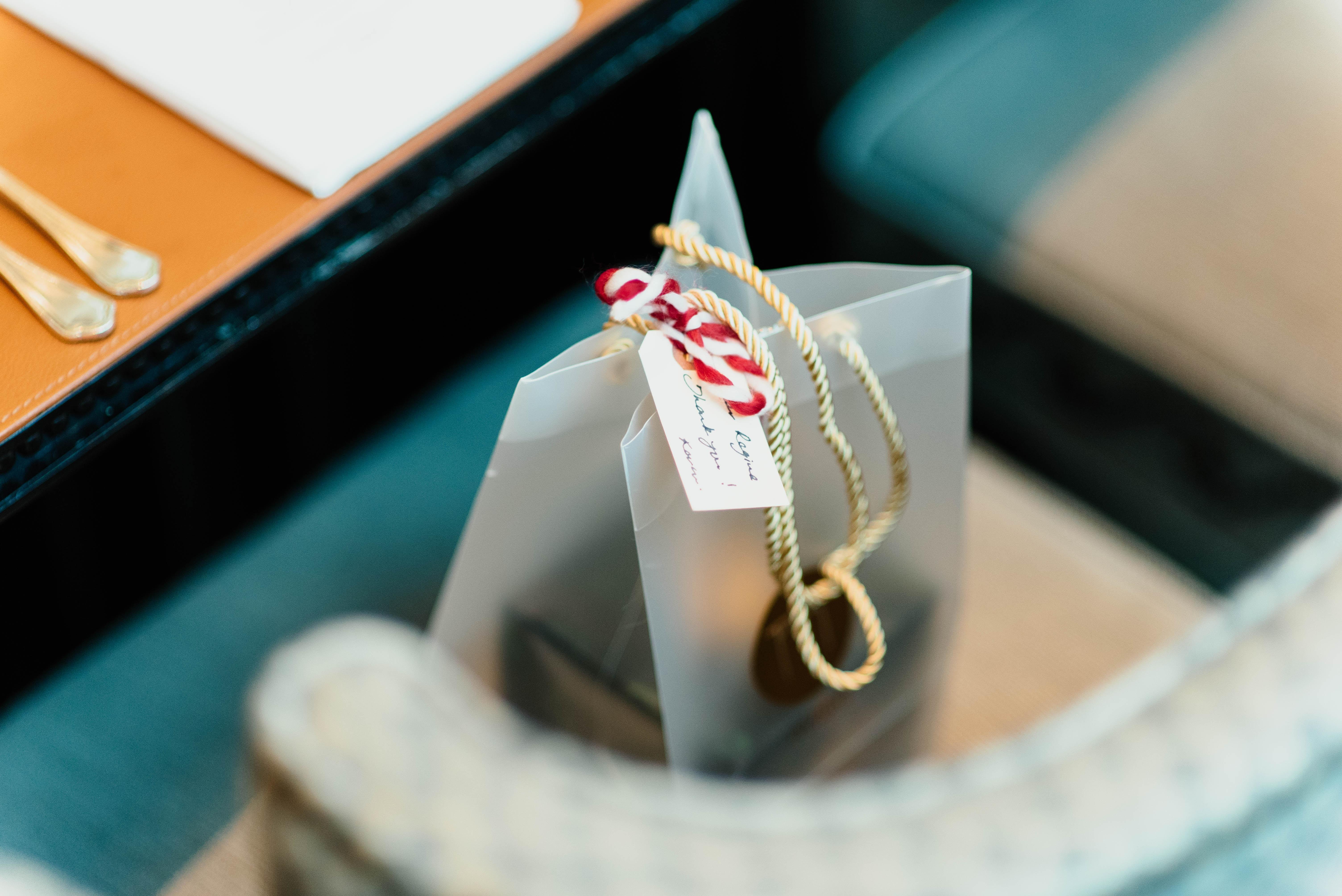 Ein Geschenktüte steht auf einem Stuhl an einem gedeckten Tisch