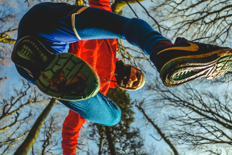 Laktatdiagnostik: Blickwinkel von unten auf einen Jogger