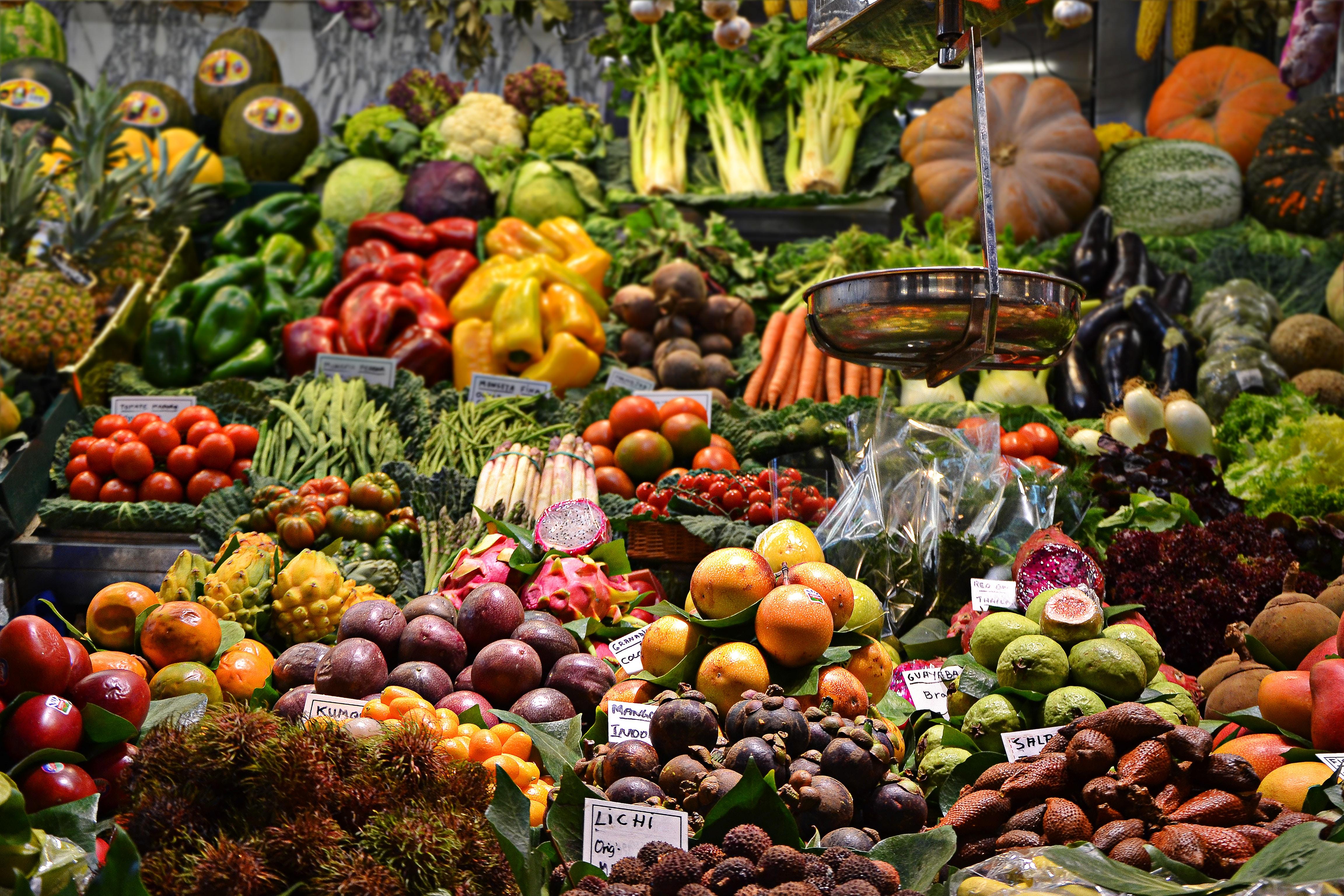 Ein Marktstand mit frischem Obst und Gemüse