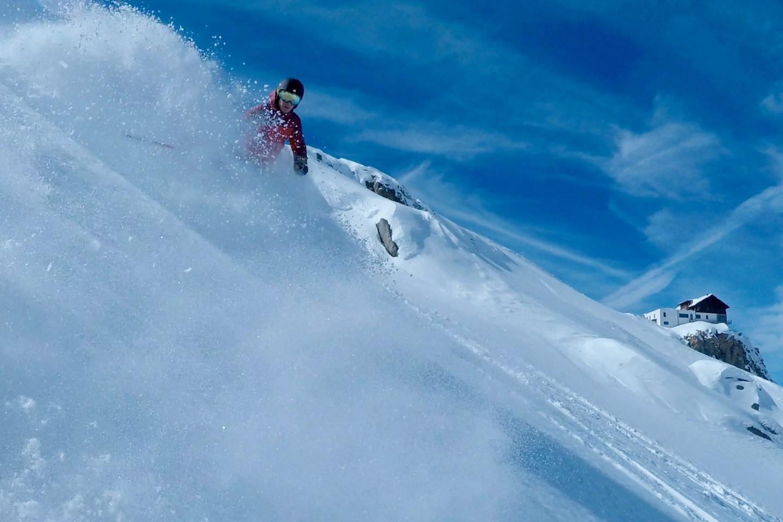 Wintersport: Ein Mann fährt auf Ski die Piste hinunter