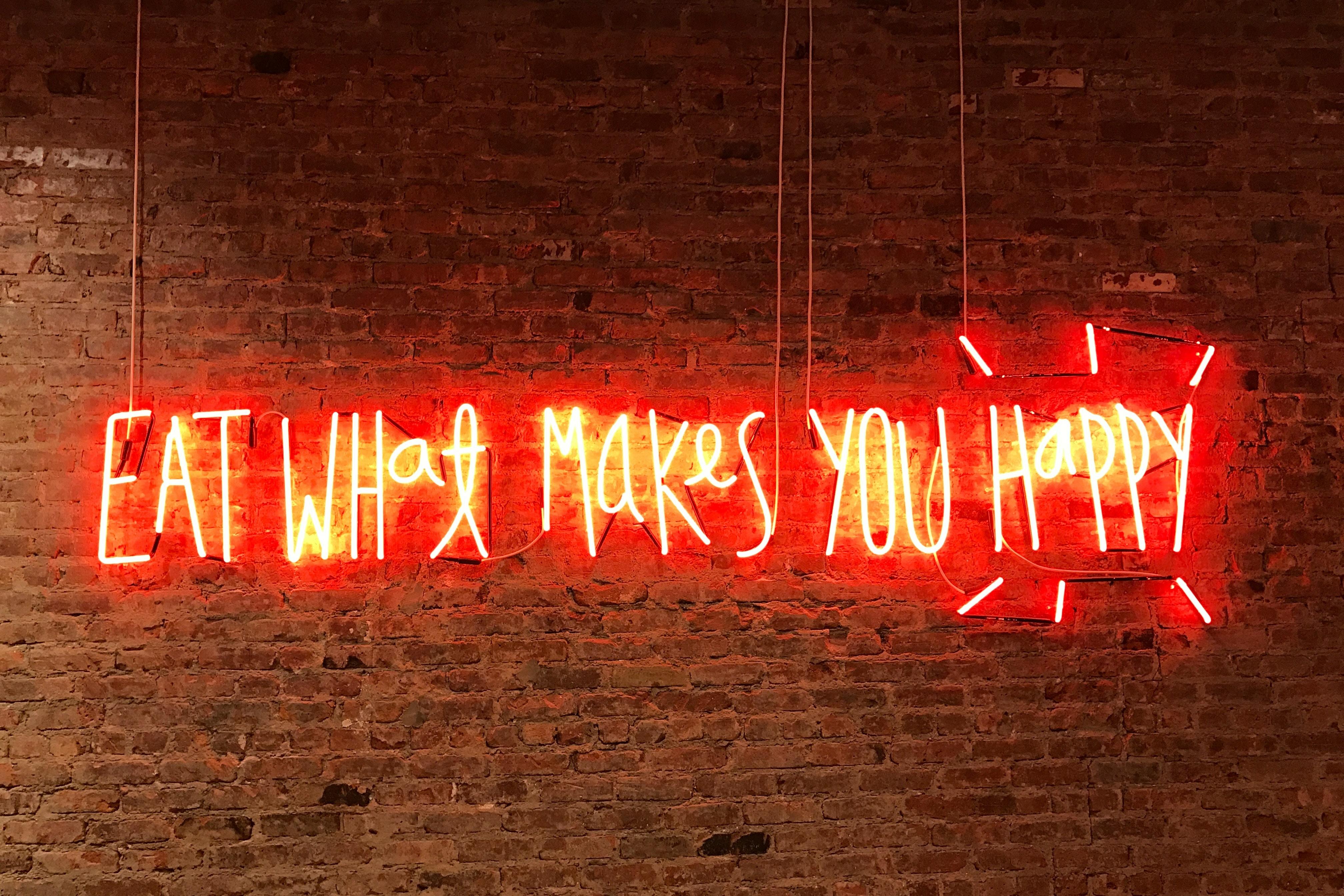 rote Leuchtschrift vor Backsteinwand