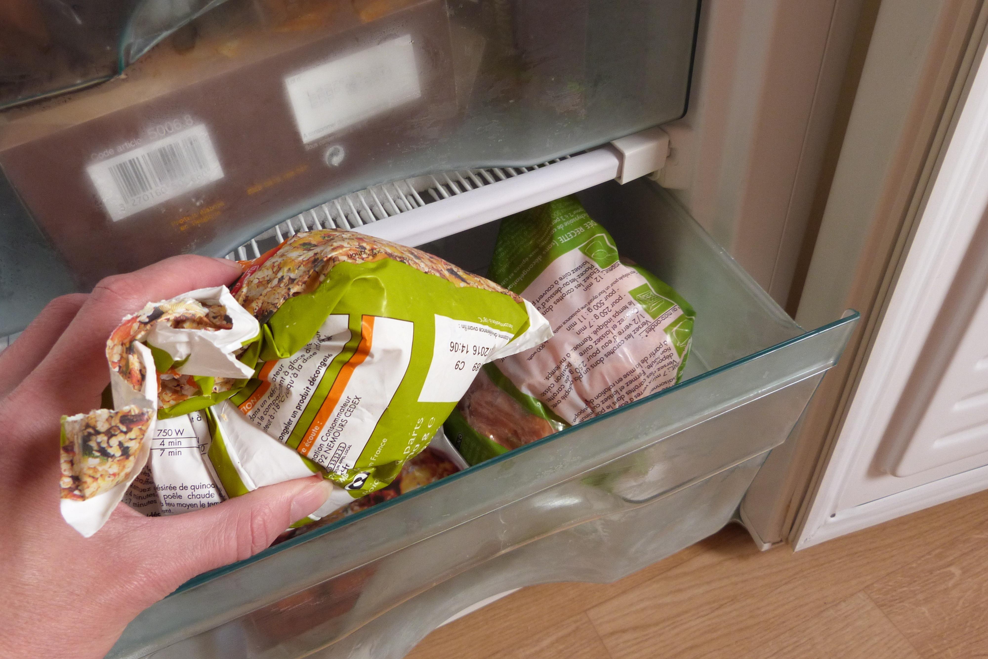 Eine Packung Tiefkühlgemüse wird aus dem Gefirerfach genommen