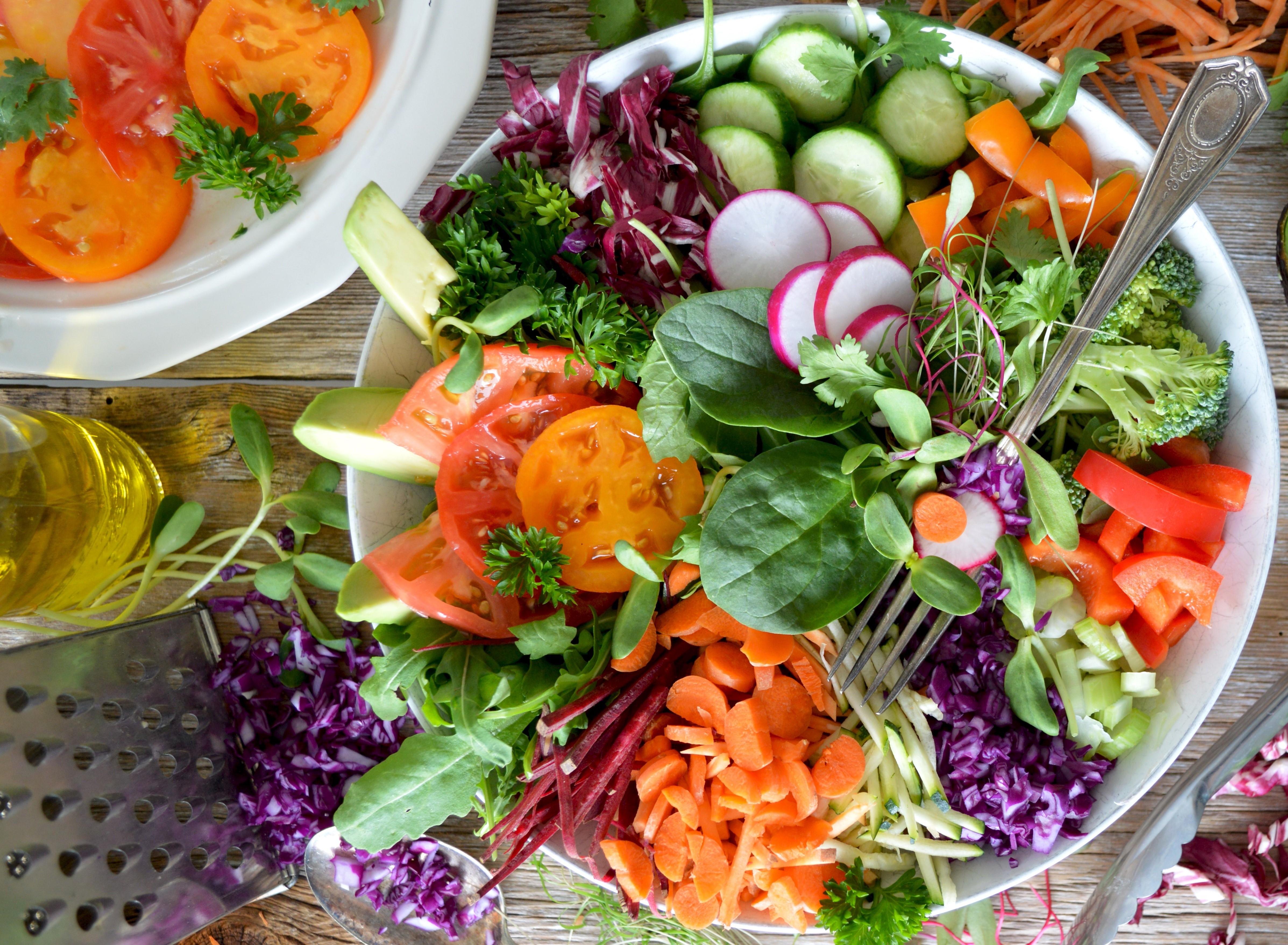 Nachhaltig essen bunt gemischte Salatschüssel steht auf einem Tisch