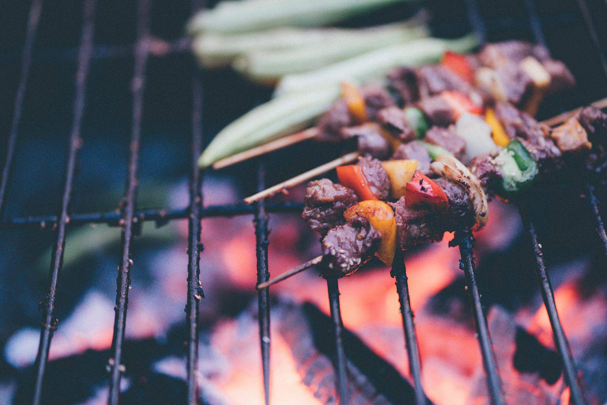 Gesund Grillen: Spieße mit Fleisch und Gemüse auf dem Grill