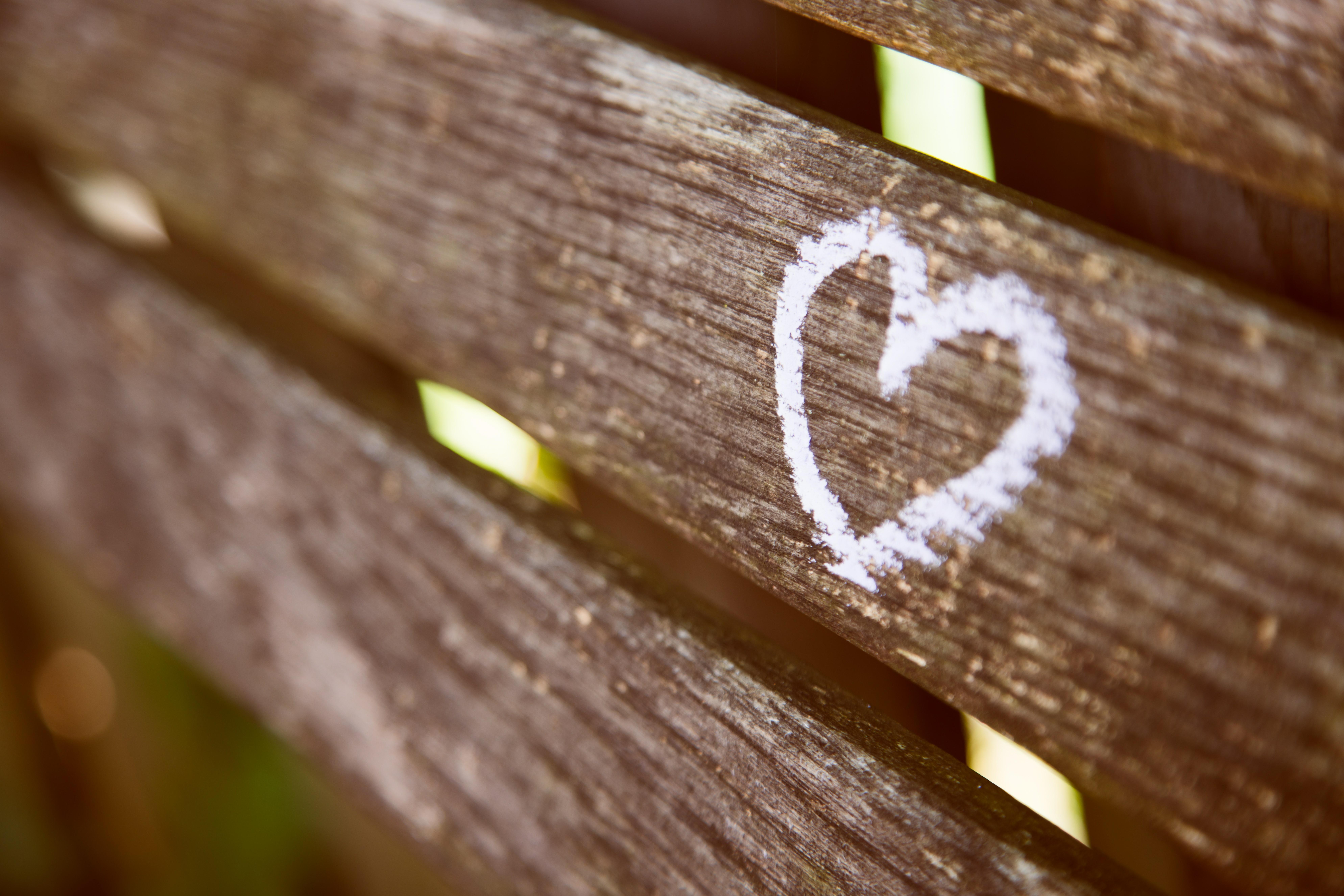 Herzinfarkt: Ein Herz ist mit weißer Kreide auf einen Holzzaun gemalt.