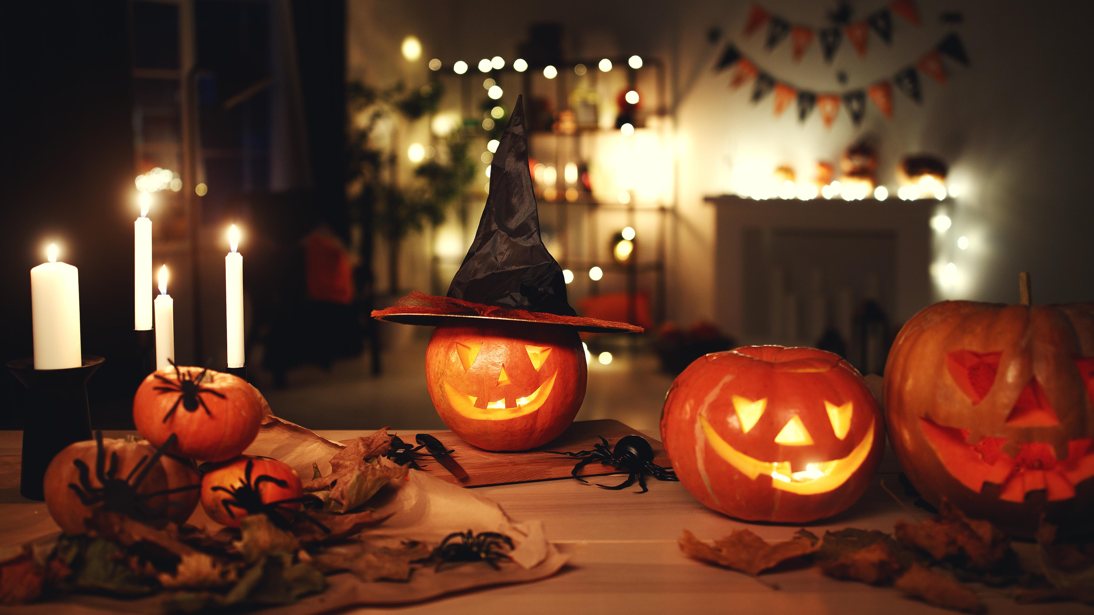 Halloween: Kürbisse und Kerzen als Dekoration