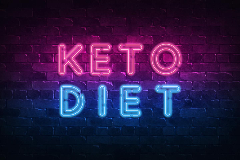 Keto: Neonschild mit Aufschrift Keto Diet auf einer Ziegelsteinwand