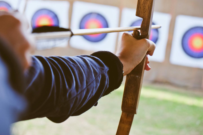 mentale Stärke: Ein Schütze visiert mit seinem Bogen die Zielscheibe an.