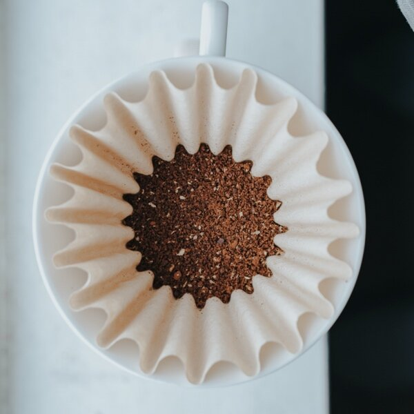 Filterkaffee: Handfilter mit Kaffeepulver gefüllt. Perspektive von oben.