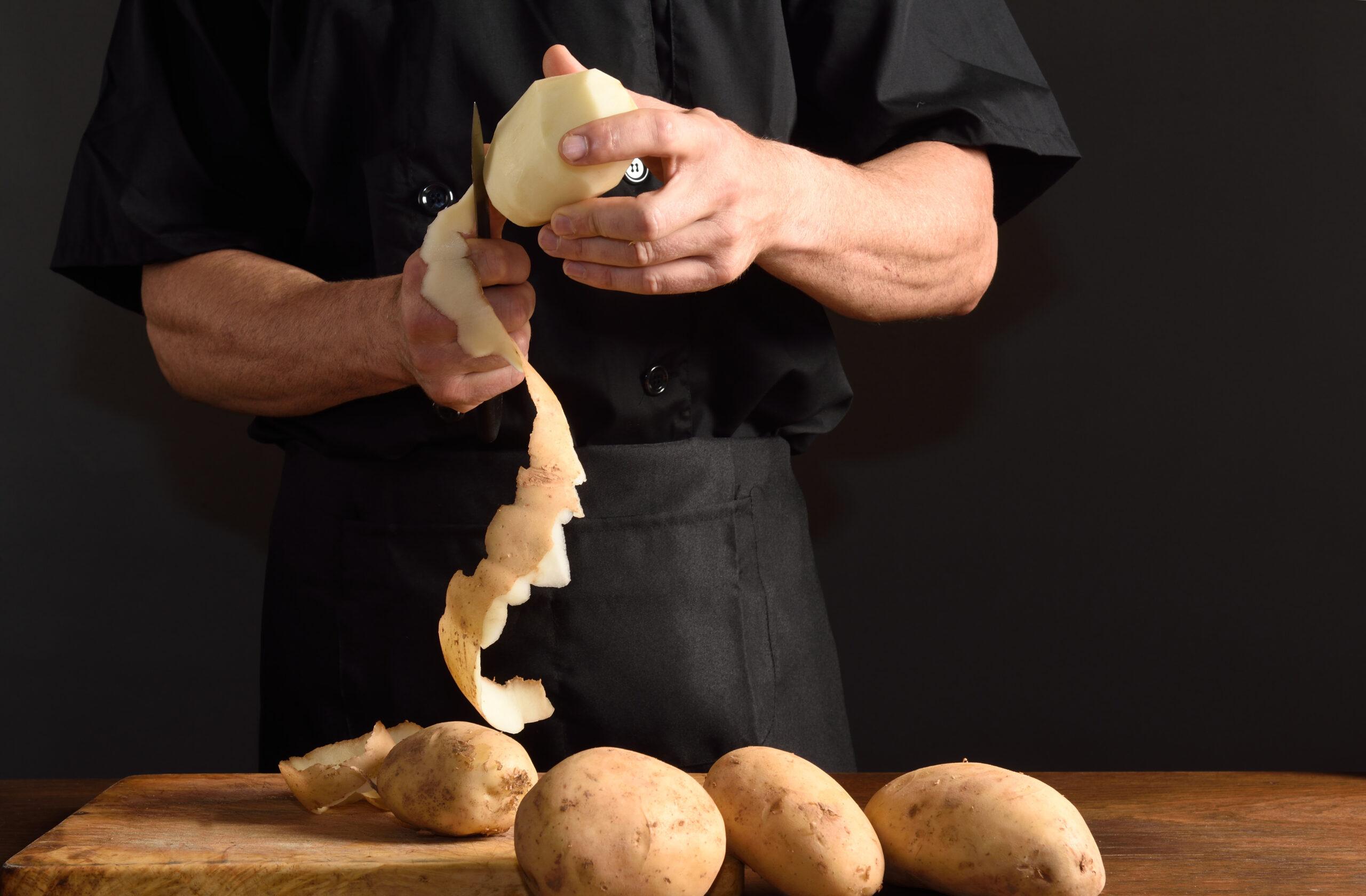 Zero-Waste: Ein Mann schält große Kartoffeln