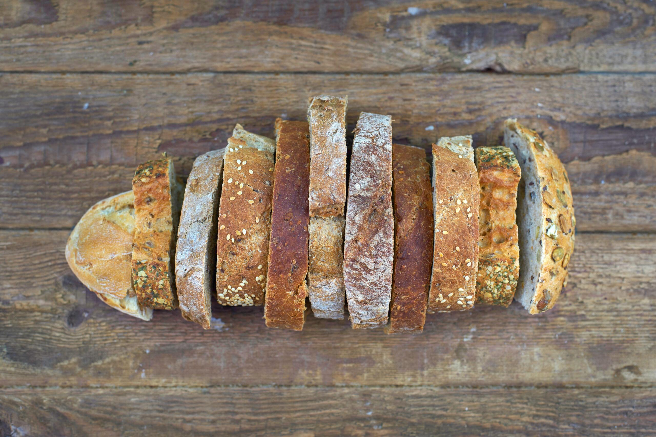 Zero-Waste: verschiedene Brotscheiben als Brot auf einem Tisch gelegt