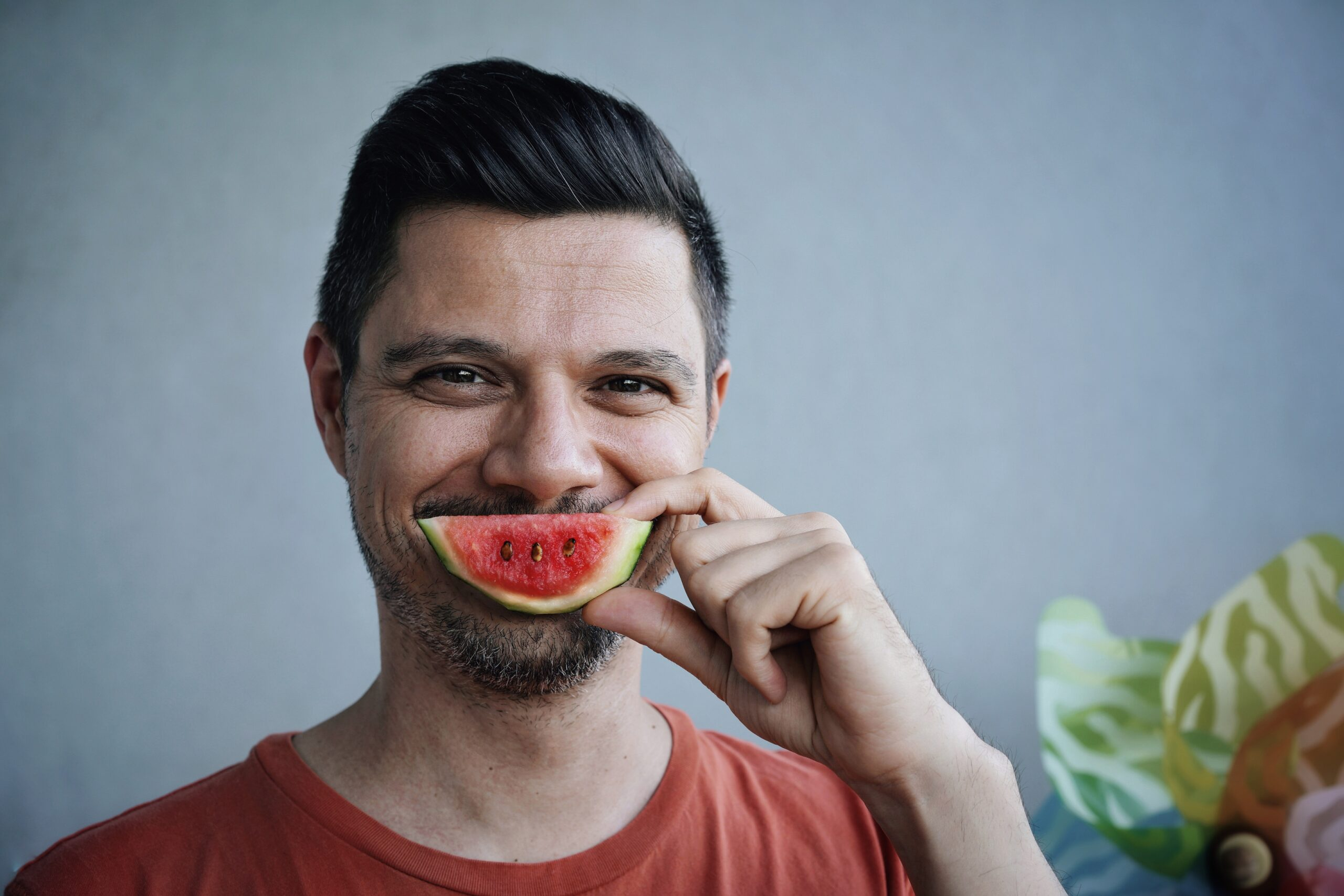 Foodblogs: Ein Mann hält sich eine kleines Stück Wassermelone vor den Mund