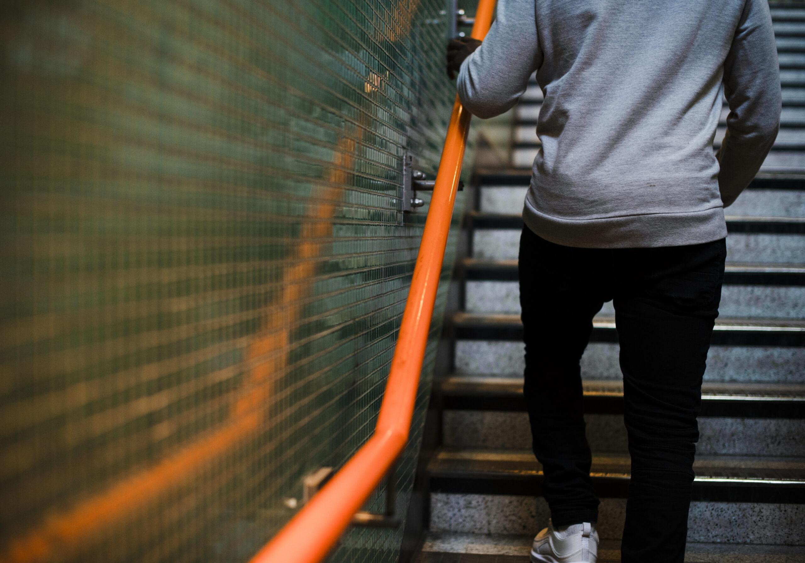 Herz in Form: Mann steigt eine Treppe hinauf
