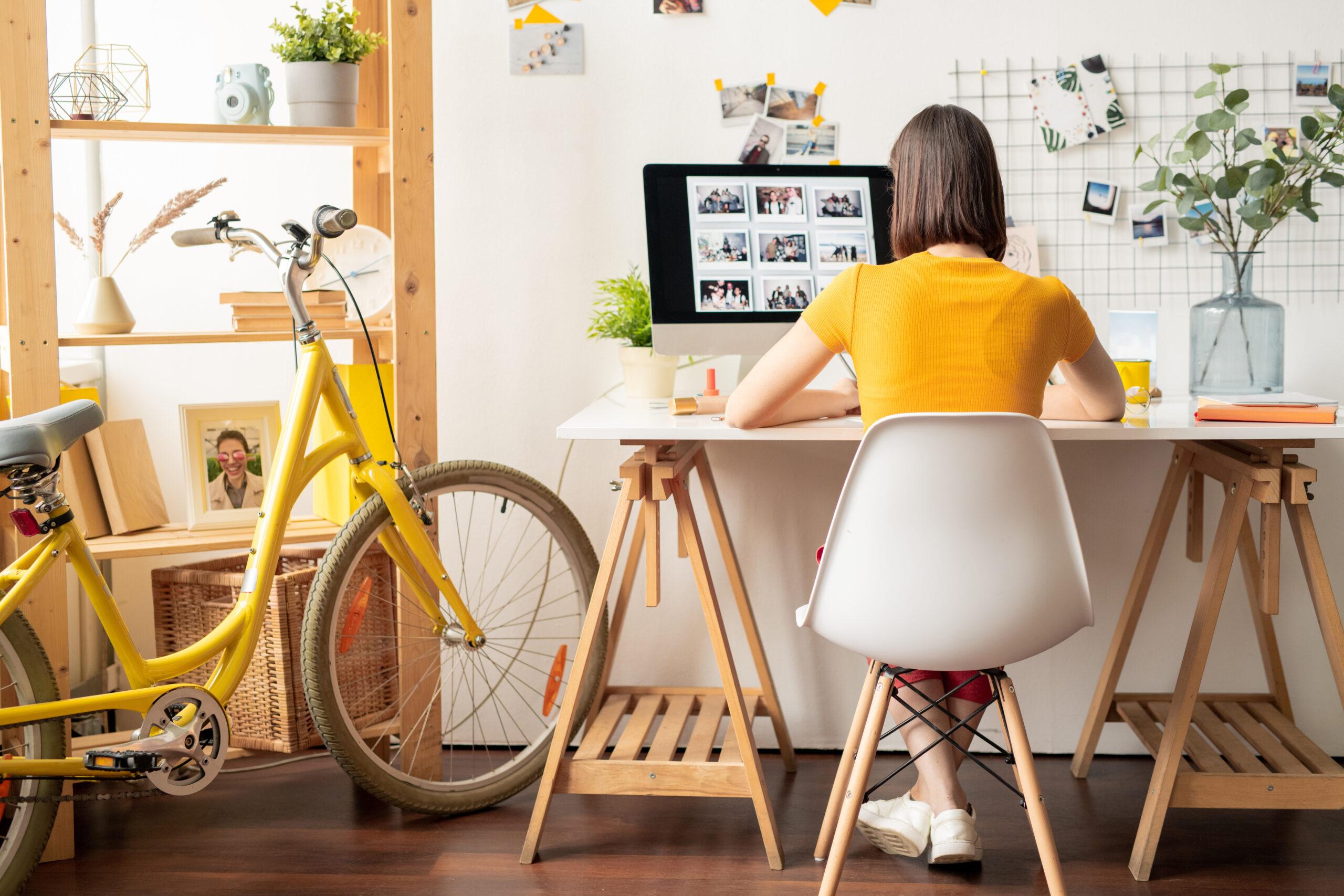 Herz in Form: Frau arbeitet im Homeoffice an einem PC