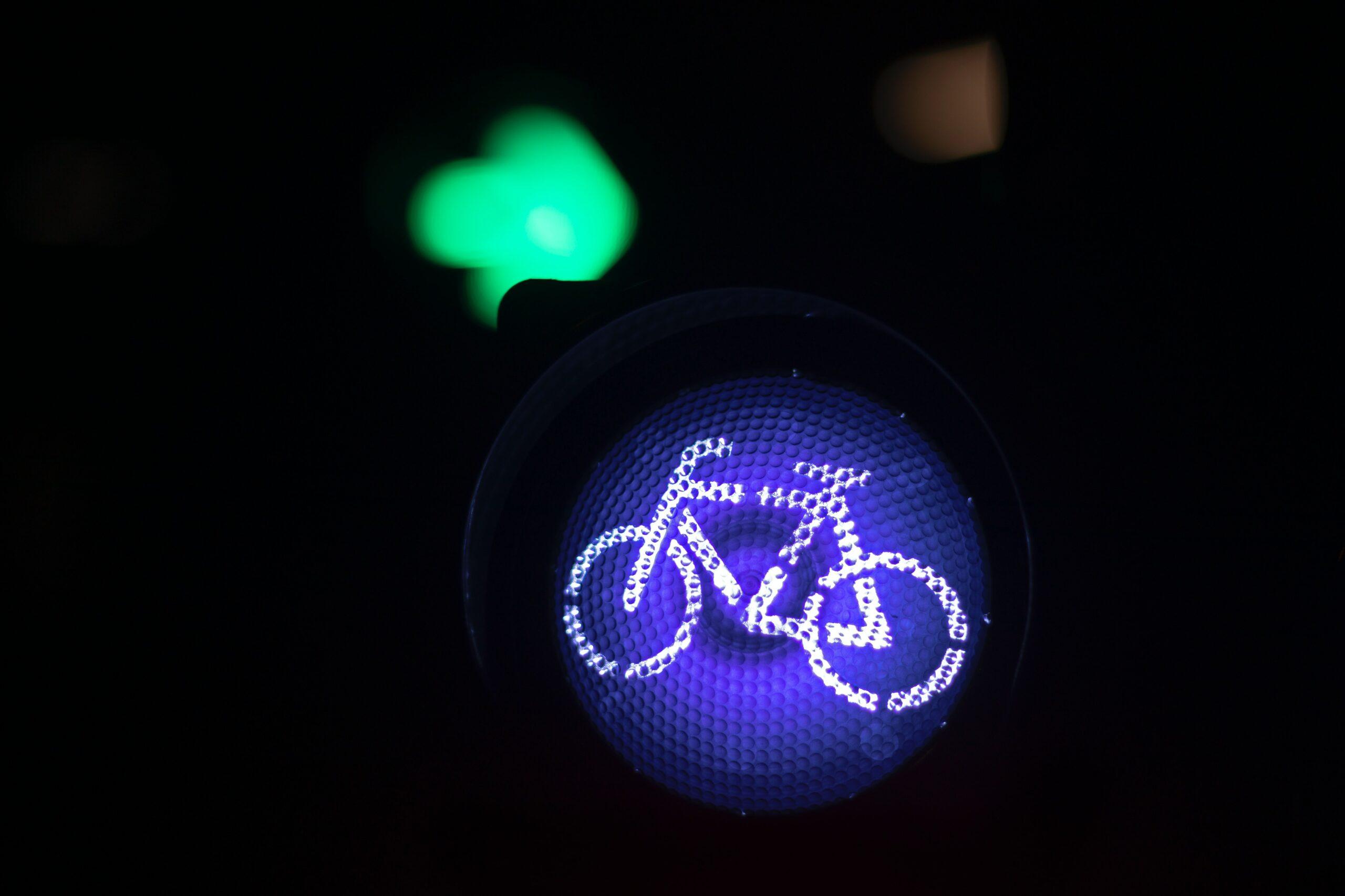 Radfahren: Ampel mit blauem Signallicht für Fahrräder