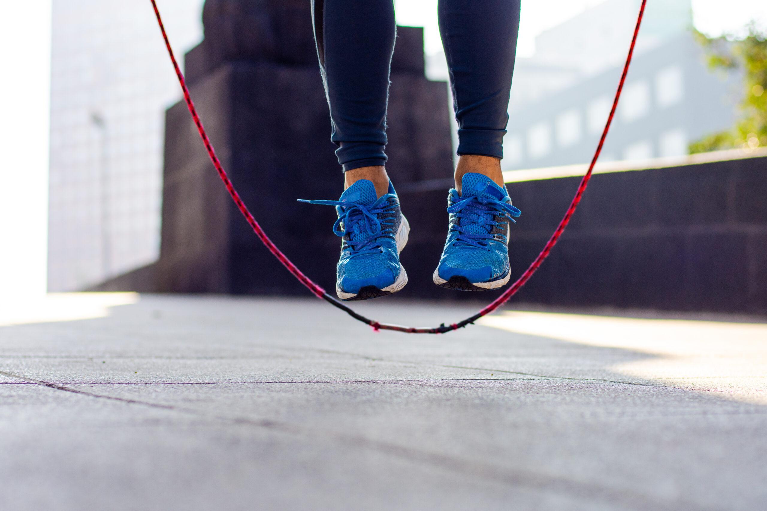 Seilspringen: Ein Mann trainiert draußen und springt über ein Springseil