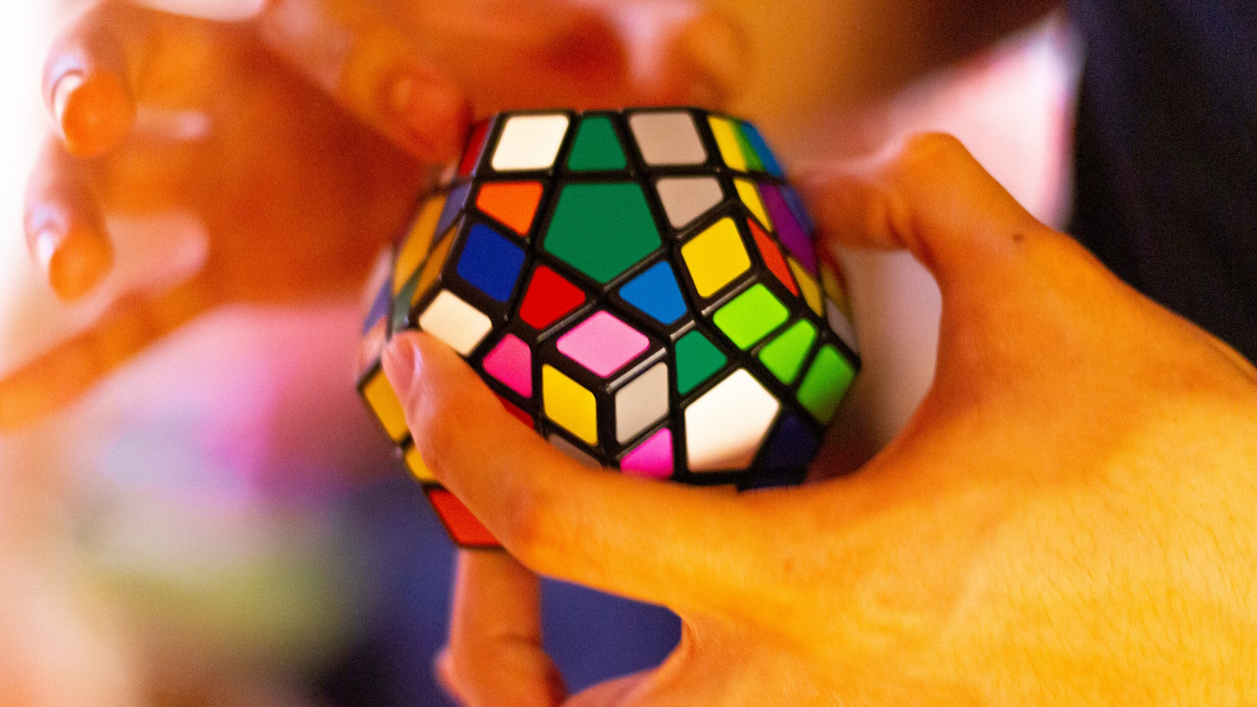 Gehirnjogging: Person spielt mit einen Rubiks Würfel